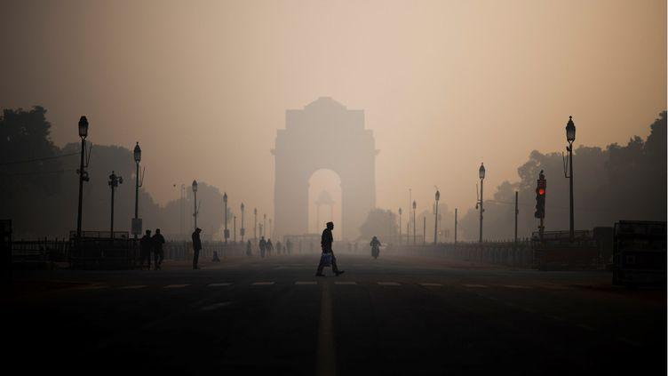 La ville de New Delhi (Inde) lors d'un épisode de forte pollution de l'air, le 6 décembre 2019. (JEWEL SAMAD / AFP)