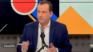"""Le journaliste Emmanuel Cugny anime les """"débats de l'éco"""" tous les samedis soirs sur franceinfo. (FRANCEINFO)"""