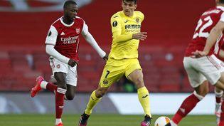 Le joueur d'Arsenal Nicolas Pepe à la course derrière Gerard Moreno (Villareal), le 6 mai 2021 à l'Emirates Stadium. (ADRIAN DENNIS / AFP)