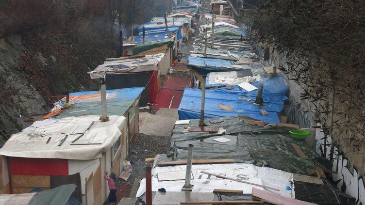 Des campements sur les voies de la petite ceinture entre la porte des poissonniers et la porte de la Chapelle, à Paris. (BENOIT HASSE / MAXPPP)
