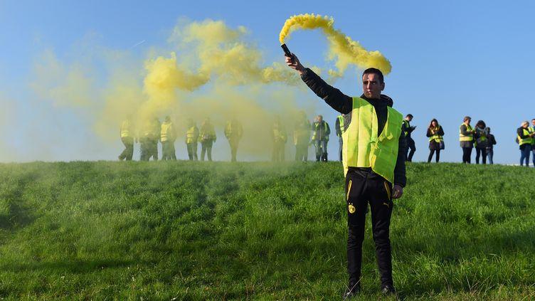 """Des """"gilets jaunes"""" manifestent contre l'augmentation des taxes sur les carburants, le 17 novembre 2018, à Bordeaux (Gironde). (NICOLAS TUCAT / AFP)"""
