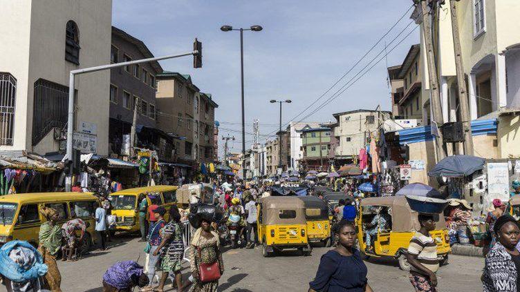 Dans les rues de Lagos, la capitale économique du Nigeria, à proximité du marché de Balogun (STEFAN HEUNIS / AFP)