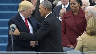 L'ancien président des Etats-Unis Barack Obamasalue son successeur, Donald Trump,lors de son investiture, le 20 janvier 2017, à Washington. (MANDEL NGAN / AFP)