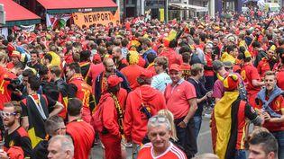 Des supporters belges dans les rues de Lille avant le match entre la Belgique et le pays de Galles, le 1er juillet 2016. (LUC CLAESSEN / BELGA MAG / AFP)