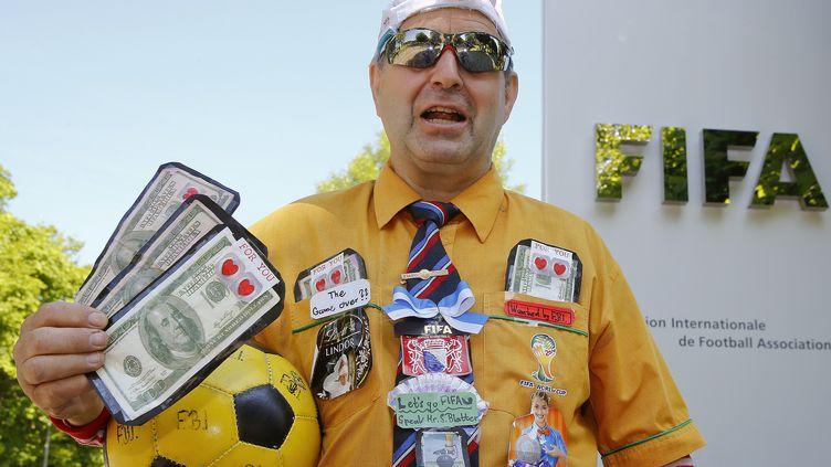 Un homme manifeste devant le siège de la Fifa, touchée par un scandale de corruption, le 4 juin 2015, à Zurich (Suisse). (ARND WIEGMANN / REUTERS)