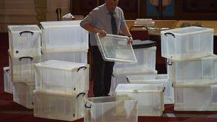 Après le décompte des votes,des boîtes vide à Margate, dans le sud-est de l'Angleterre, le 7 mai 2015. (NIKLAS HALLE'N / AFP)