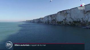 Certaines personnes ont pu profiter de la nouvelle zone de déplacement autorisé de 20 kilomètres en visitant les célèbres falaises d'Ault (Somme). (France 2)
