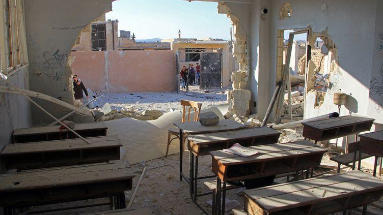Une salle de classe détruite par une frappe aérienne, dans le village de Hass (Syrie), le 26 octobre 2016. (OMAR HAJ KADOUR / AFP)