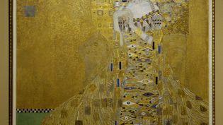 """""""Le portrait d'Adele Bloch-Bauer I"""", de Gustav Klimt, lors d'une exposition à Los Angeles, le 4 avril 2006. (CHRIS PIZZELLO / REUTERS)"""