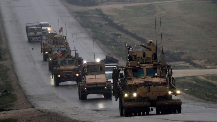 Un convoi militaire américain à Manbij, au nord de la Syrie, le 30 décembre 2018. (DELIL SOULEIMAN / AFP)