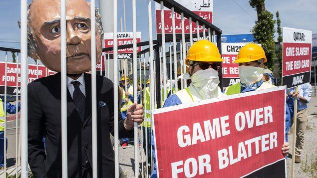 """(""""Game Over pour Blatter"""", selon des activistes de l'ONG Avaaz ce jeudi à Zurich © MAXPPP)"""