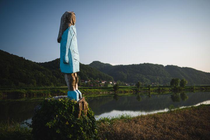 Une statue à l'effigie de Melania Trump dans son village natal en Slovénie, le 5 juillet 2019. (JURE MAKOVEC / AFP)