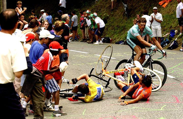 Le maillot jaune du Tour de France, Lance Armstrong, et l'Espagnol Iban Mayo (en orange) chutent, évités de peu par l'Allemand Jan Ullrich (en vert), lors de la 15e étape du Tour 2003 entre Bagnères-de-Bigorre et Luz Ardiden. (TIM DE WAELE / VELO)