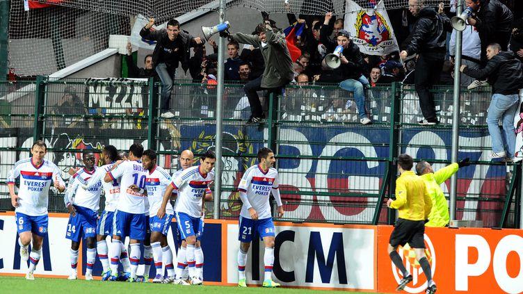 Les joueurs de Lyon saluent leur supporter après leur qualification à Saint-Etienne (2-1) en 8e de finale de la Coupe de la Ligue, le 26 octobre 2011. (PHILIPPE VACHER / MAXPPP)