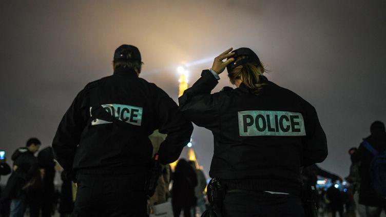 Des policiers et proches de policiers manifestent au Trocadéro à Paris, le 2 janvier 2018, après l'agression de deux agents à Champigny-sur-Marne (Val-de-Marne) le 31 décembre. (JULIEN MATTIA / AFP)