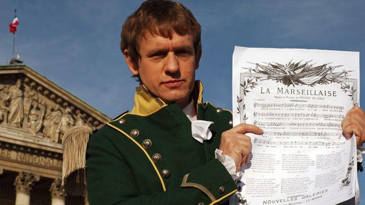 2006, un comédien habillé en Rouget de Lisle pose avec la Marseillaise  (MAXPPP/MAXPPP)