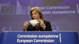 La commissaire européenne à la Santé, Stella Kyriakides, rejoint une conférence de presse, le 27 janvier 2021, à Bruxelles (Belgique). (OLIVIER HOSLET / AFP)