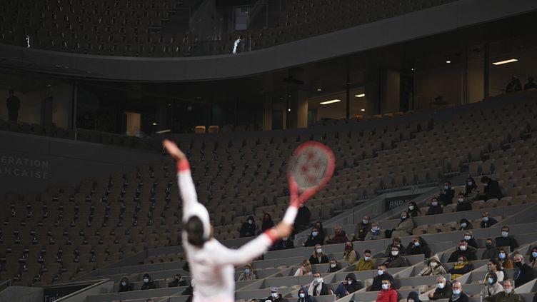 Des premiers rares spectateurs frigorifiés dimanche 27 septembre à Roland Garros. (ANNE-CHRISTINE POUJOULAT / AFP)