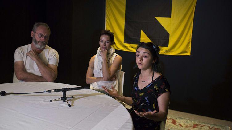 """Les acteurs de """"Game of Thrones"""" Liam Cunningham,LenaHeadey etMaisie Williams, le 1er juillet2016, à Athènes (Grèce). (PETROS GIANNAKOURIS / AP / SIPA)"""