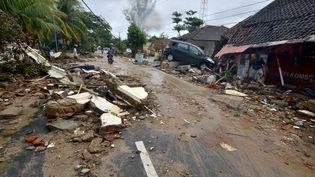 Une rue jonchée de débris à Carita (Indonésie), après le passage d'un tsunami, le 23 décembre 2018. (RONALD / AFP)