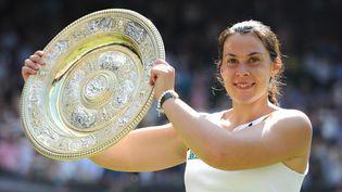 Marien Bartoli brandit le plateau d'argent (Rosewater Dish), trophée du tournoi de Wimbledon, le 6 juillet 2013. (MIHO TAKAHASHI / YOMIURI)