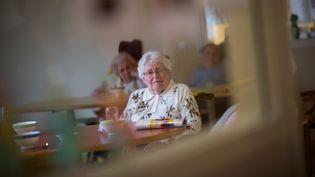 Une femme dans unétablissement d'hébergement pour personnes âgées dépendantes (EHPAD), à Brest (Finistère), le 4 mars 2020. (LOIC VENANCE / AFP)