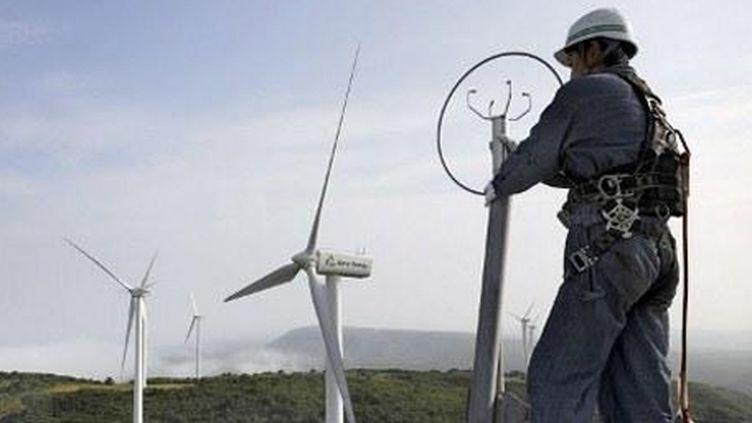 Mise en place d'éoliennes à Higashi-Dori, sur l'île de Honshu, le 10 juillet 2008. (AFP/KAZUHIRO NOGI)
