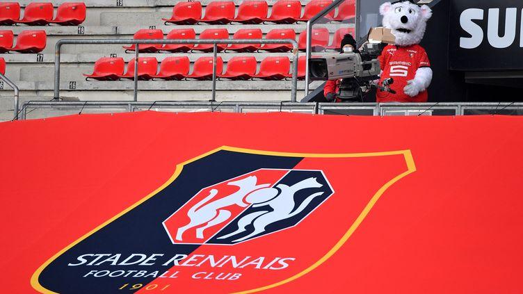 Une bannière géantedu logo du club de football du Stade Rennais et sa mascotte au Roazhon Park Stadium de Rennes,le 14 février 2021. (LOIC VENANCE / AFP)