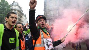 Deux salariés de la SNCF manifestent devant la gare de l'Est, le 14 mai 2018 à Paris. (ERIC FEFERBERG / AFP)