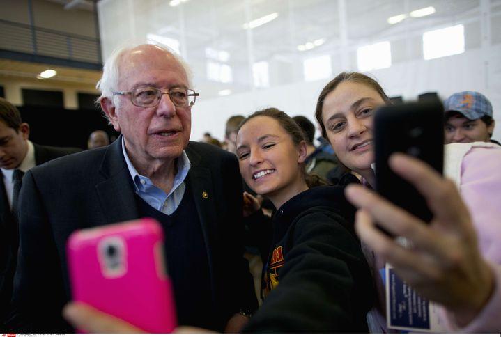 Bernie Sanders pose pour un selfie avec des supportrices à Iowa Falls (Etats-Unis), le 25 janvier 2016. (JAE C. HONG / AP / SIPA)