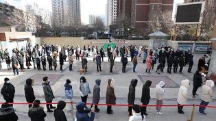 Des habitants deShijiazhuang, en Chine, attendent d'être testés au coronavirus, le 6 janvier 2021. (YANG SHIYAO / XINHUA / AFP)