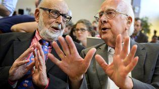 Le physicien belge François Englert (G.) et lephysicien britannique Peter Higgs, le 4 juillet 2012 à Genève, en Suisse. (FABRICE COFFRINI / AFP)
