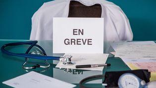 """Les praticiens hospitaliers sont appelés à la grève """"massive"""" le 26 septembre 2016. (VOISIN / PHANIE / AFP)"""