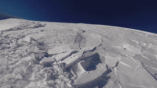 Une avalanche emporte Sorin Radu, mardi 3 février 2015 sur une montage de Roumanie. (SORIN RADU / YOUTUBE)