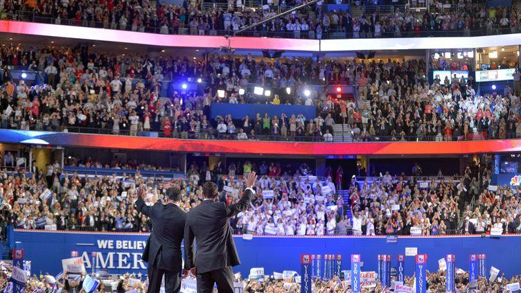 Mitt Romney, le candidat républicain à la présidentielle américaine, et son colistier Paul Ryansaluent le public de la convention nationale républicaine, à Tampa (Floride, Etats-Unis), le 30 août 2012. (JEWEL SAMAD / AFP)