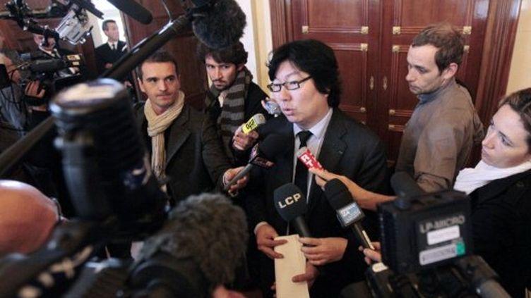 Le sénateur EELV Jean-Vincent Placé, l'un des négociateurs de l'accord avec le PS, répond aux journalistes à l'Assemblée nationale, le 16 novembre 2011. (AFP - Jacques Demarthon)