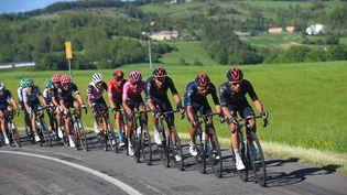Le peloton mené par la formation Ineos-Grenadiers lors de la 12e étape du Tour d'Italie 2021, le 20 mai. (DARIO BELINGHERI / AFP)
