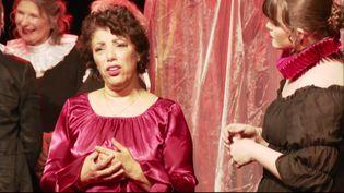 Malika Bellaribi-Le Moal avec des chanteurs amateurs de Vaulx-en-Velin (D. Pajonk / France 3 Rhône-Alpes)