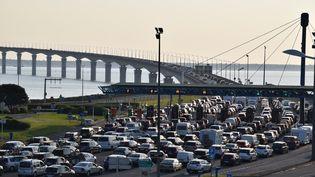 Les embouteillages sur le pont de l'Ile de Ré en provenance de La Rochelle (Charente-Maritime), le 5 mai 2018. (FABRICE RESTIER / AFP)