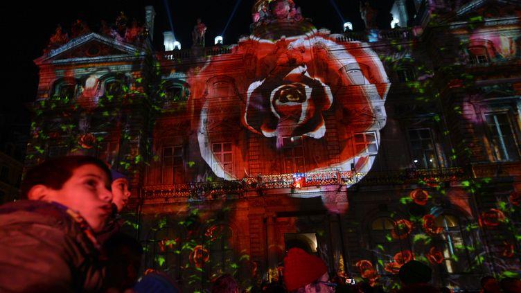 Une rose géante,projettée sur les murs de la mairie de Lyon (Rhône), pour le coup d'envoi de la fête des Lumières, le 6 décembre 2013. (PHILIPPE DESMAZES / AFP)