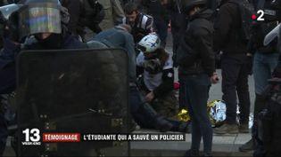 """Sophie, une étudiante en dentaire street medic, en train de porter secours à un policier victime d'un malaise cardiaque en marge de la manifestation des """"gilets jaunes"""", samedi 23 mars à Paris. (FRANCE 2)"""