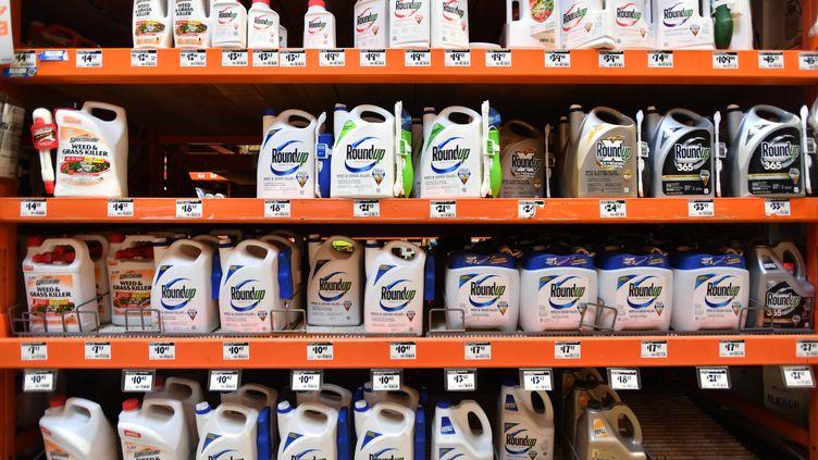 Des produits Roundup dans un magasin à San Rafael, en Californie, le 9 juillet 2018. (Photo d'illustration) (JOSH EDELSON / AFP)