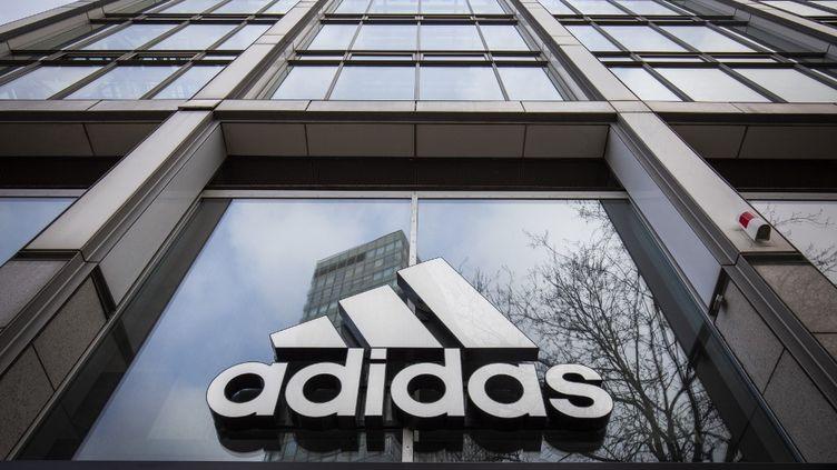 Le logo de la marque Adidas, au siège du groupe à Berlin (Allemagne), le 29 mars 2020. (ODD ANDERSEN / AFP)