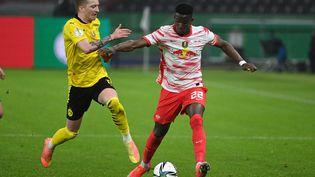 Nordi Mukiele, ici sous les couleurs de Leipzig, le 13 mai dernier face au Borussia Dortmund de Marcos Reus. (MARVIN IBO G?NG?R / GES-SPORTFOTO / AFP)