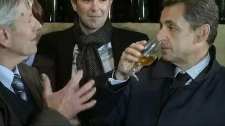 Nicolas Sarkozy visitait lundi 23 avril une exploitation viticole à Vouvray (Indre et Loire) pour sa première sortie du second tour. lundi 23 avril 2012 (CAPTURE D'ÉCRAN FRANCE 2)