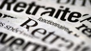 """Les mots """"retraite"""" et """"gouvernement"""" découpés dans des journaux. (JOEL SAGET / AFP)"""