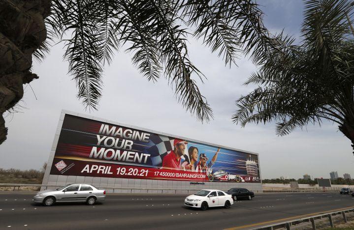 Un panneau publicitaire annonçant la tenue du Grand Prix de Bahreïn, le 9 avril 2013, dans les faubourgs de Manama, la capitale du pays. (HAMAD I MOHAMMED / REUTERS)