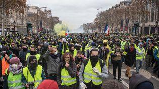 """Une manifestation des """"gilets jaunes"""" sur les Champs-Elysées, le 8 décembre 2018, à Paris. (N.E. / NURPHOTO / AFP)"""
