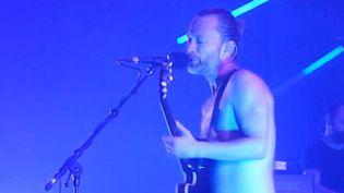 Thom Yorke, torse nu au rappel, avec Atoms For Peace au Zénith de Paris 6 juillet 2013.  (Saisie écran video amateur de MoiLikehome)