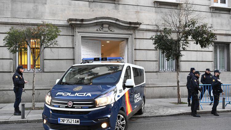 Un véhicule de la police espagnole arrive à la Cour Suprême, à Madrid, le 12 février 2019. (Photo d'illustration) (GABRIEL BOUYS / AFP)